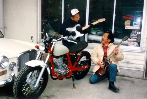 ギターを弾いてるつもりのナベゾ画伯