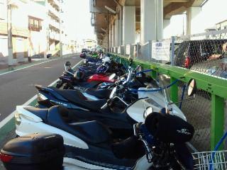本厚木の高架下のバイク駐車場