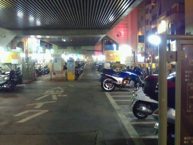三軒茶屋の首都高高架下バイク駐車場