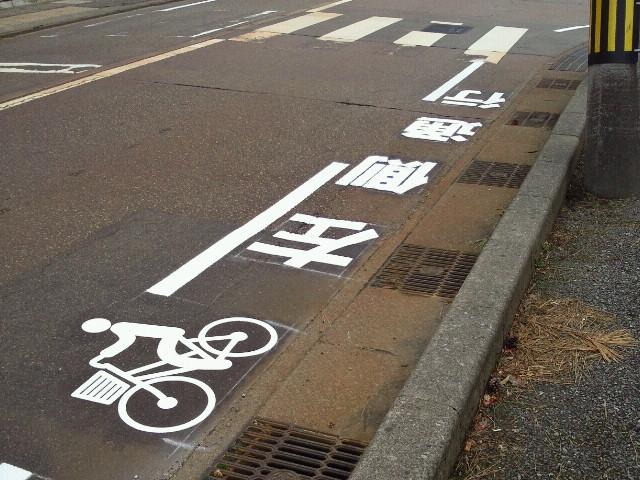 金沢の自転車ピクトグラムはわかりやすい