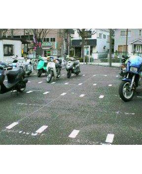 バイク駐車場、金沢八景駅の場合